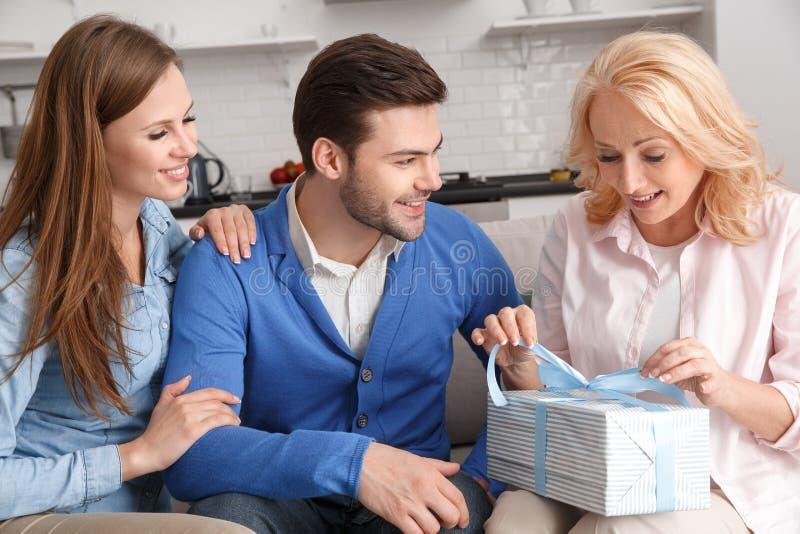 Młoda rodzina z świekra weekendu mienia macierzystymi faborkami w domu obraz royalty free