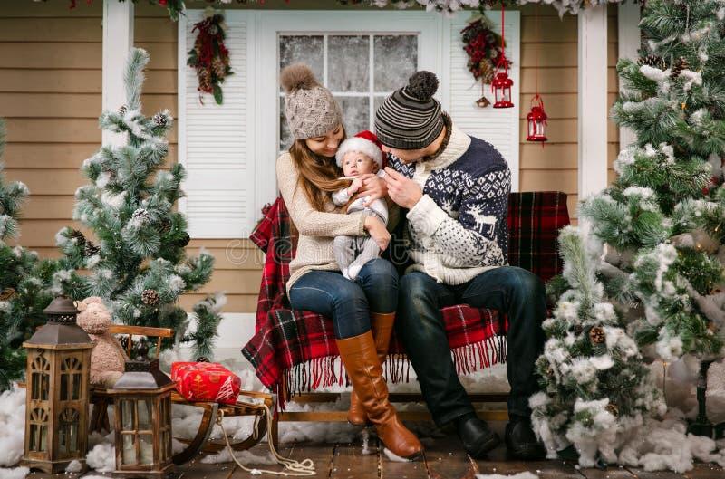 Młoda rodzina z chłopiec obsiadaniem na ławce zdjęcia royalty free