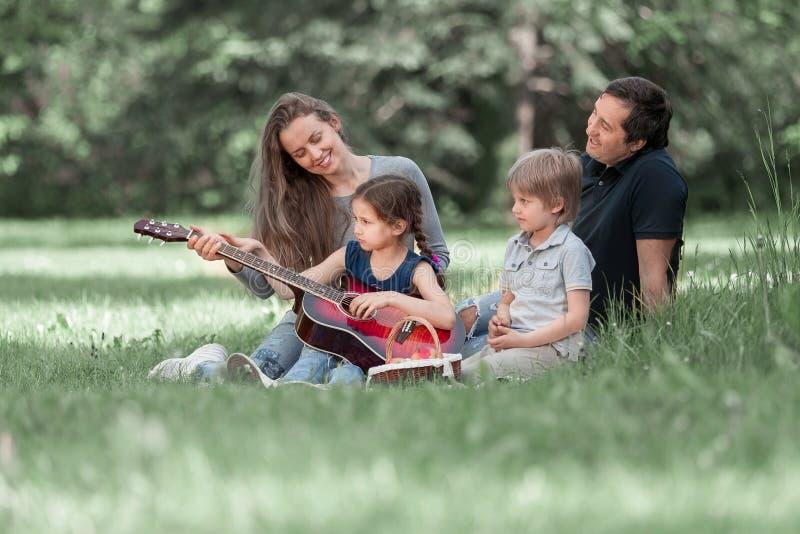Młoda rodzina z dziećmi wydaje ich czas wolnego wpólnie zdjęcia royalty free
