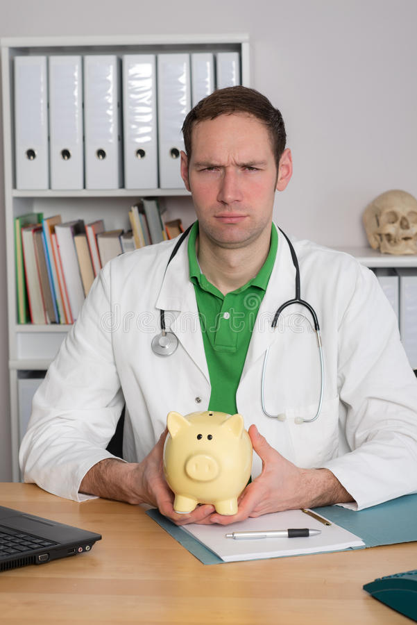 Młoda rodzinna lekarka z prosiątko bankiem jest gniewna zdjęcie royalty free