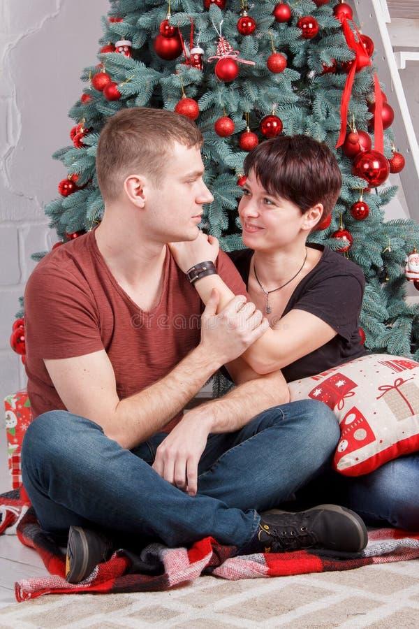 Młoda rodzinna para naprzeciw patrzeć each inny pobliski nowego roku drzewo zdjęcia royalty free