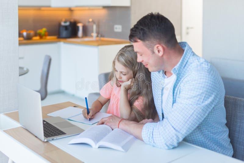 Młoda rodzinna robi praca domowa fotografia royalty free