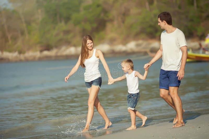Młoda rodzinna sztuka na plaży zdjęcie stock