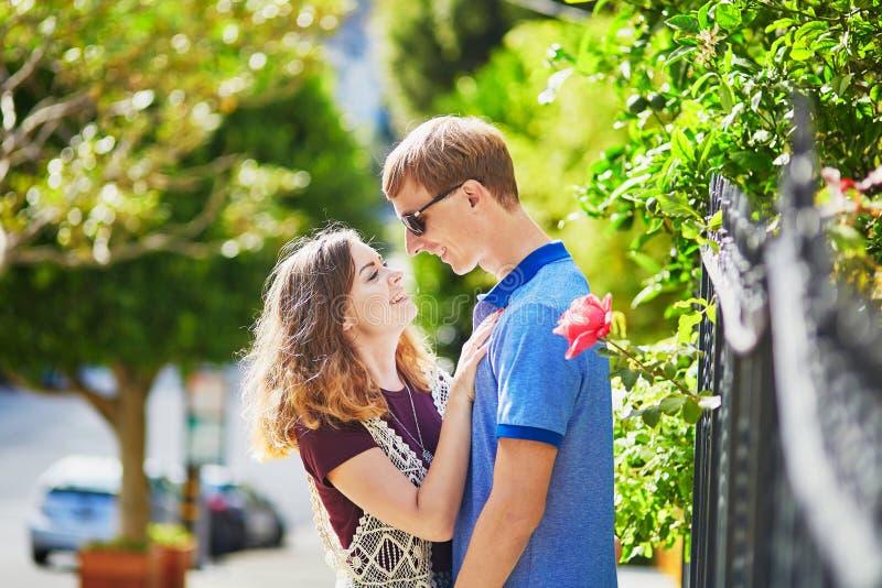 Młoda romantyczna para ma datę w San Fransisco fotografia stock