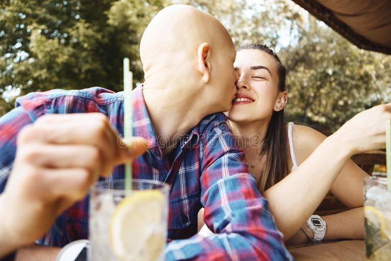 Młoda romantyczna para w miłości wydaje czas w parku, siedzi w, lato kawiarni i pić zimną lemoniadę M?ody cz?owiek zdjęcie stock