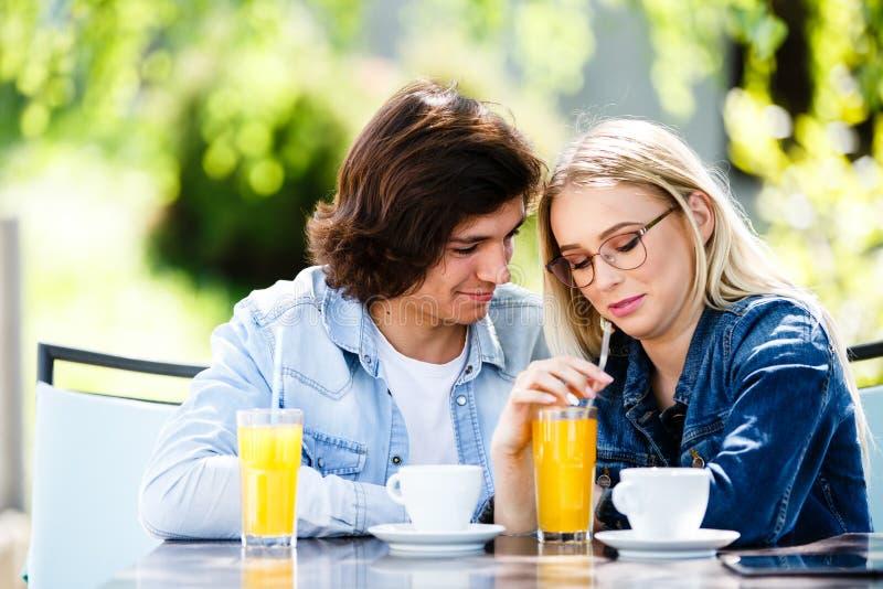 Młoda romantyczna para wydaje czas wpólnie - siedzący w cukiernianym ` s obrazy royalty free