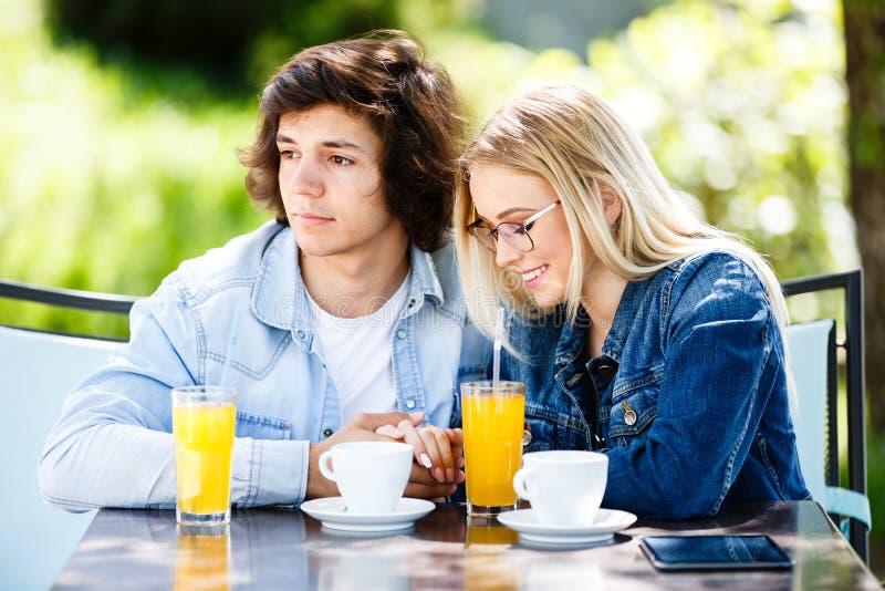 Młoda romantyczna para wydaje czas wpólnie - siedzący w cukiernianym ` s obraz stock
