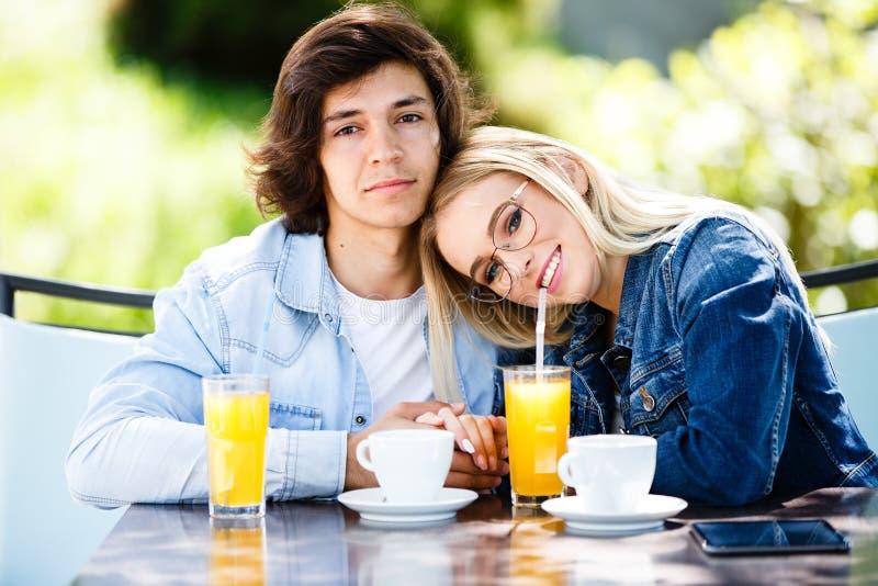 Młoda romantyczna para wydaje czas wpólnie - siedzący w cukiernianym ` s zdjęcia royalty free