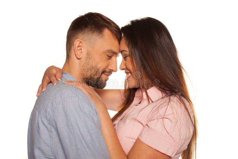 Młoda romantyczna uśmiechnięta para obejmująca obrazy royalty free