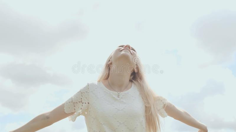 Młoda Rosyjska dziewczyny blondynka pozuje przeciw białemu niebu na letnim dniu fotografia stock
