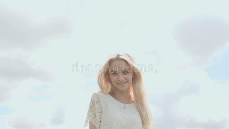 Młoda Rosyjska dziewczyny blondynka pozuje przeciw białemu niebu na letnim dniu zdjęcie royalty free