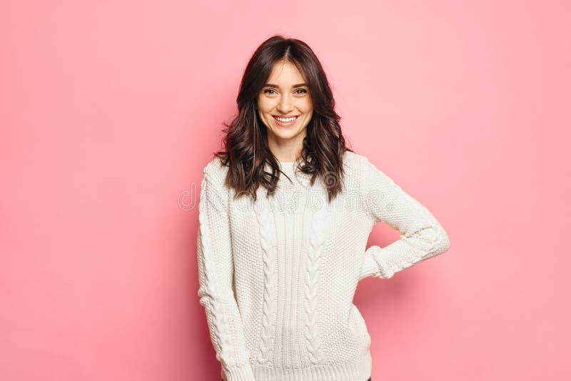 Młoda rozochocona dziewczyna jest ubranym zima wygodnego pulower zdjęcie royalty free