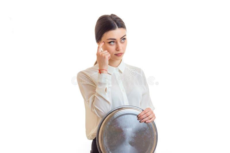 Młoda rozważna kelnerka patrzeje oddaloną i utrzymuje tacę zdjęcia royalty free