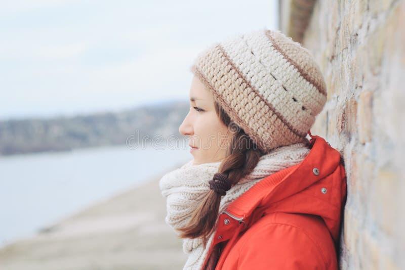 Młoda rozważna osamotniona kobieta w zimie odziewa fotografia royalty free