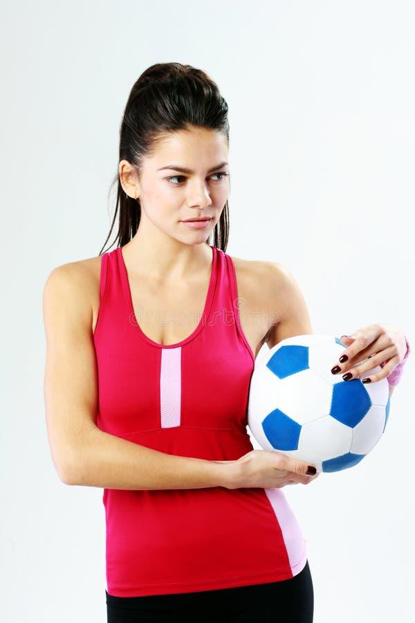 Młoda rozważna sport kobieta trzyma piłki nożnej piłkę fotografia stock