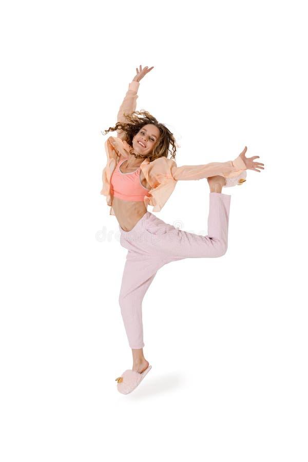 Młoda słodka kobieta, która dobrze się bawiła, skakając na białym zdjęcia royalty free