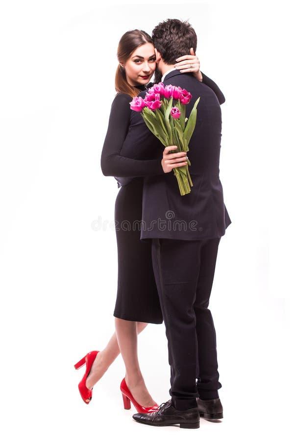 Młoda słodka para z lila tulipanami zdjęcia stock