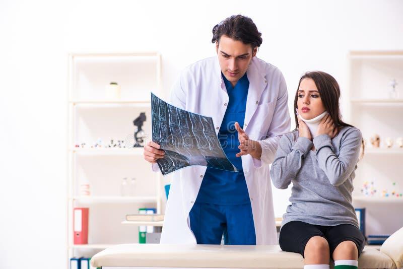 Młoda samiec lekarka i żeński piękny pacjent zdjęcia royalty free