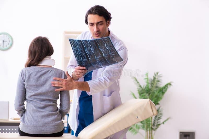 Młoda samiec lekarka i żeński piękny pacjent obrazy royalty free