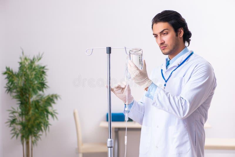 Młoda samiec lekarka w krwionośnego przetaczania pojęciu zdjęcia stock