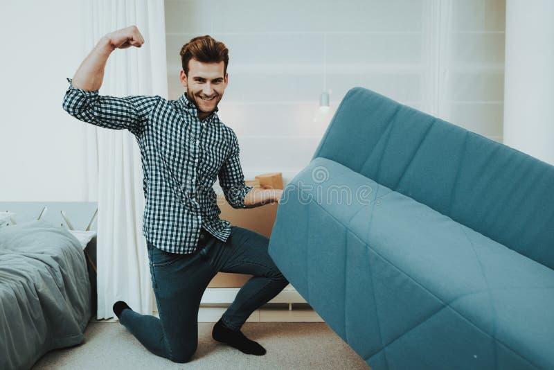 Młoda samiec Rusza się Dużą kanapę W Nowym mieszkaniu obraz royalty free