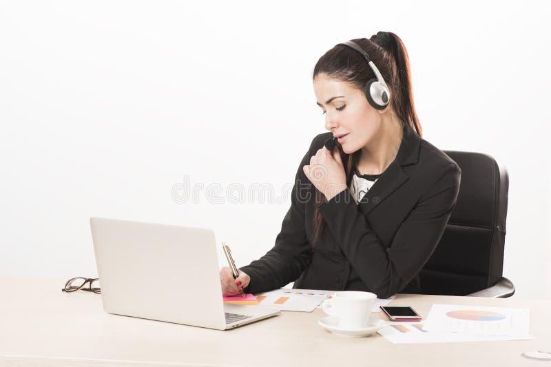 Młoda sekretarka odpowiada wezwanie z słuchawki obraz royalty free