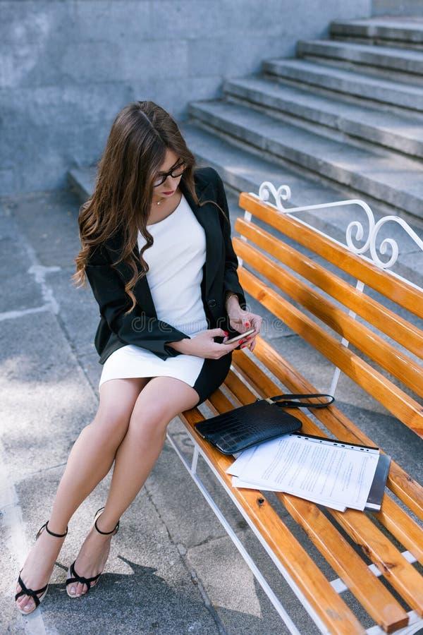 Młoda sekretarka robi przemysłowemu szpiegostwu zdjęcie royalty free