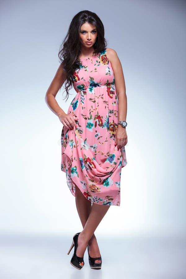 Młoda seksowna brunetka w długich sukni i szpilek butach obraz royalty free