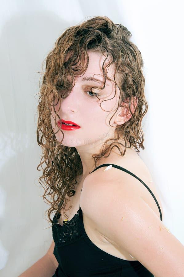 Młoda seksowna kobieta po prysznic w jej łazience zdjęcia stock