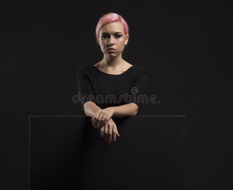Młoda seksowna kobieta pokazuje prezentację, wskazuje na plakacie zdjęcie royalty free