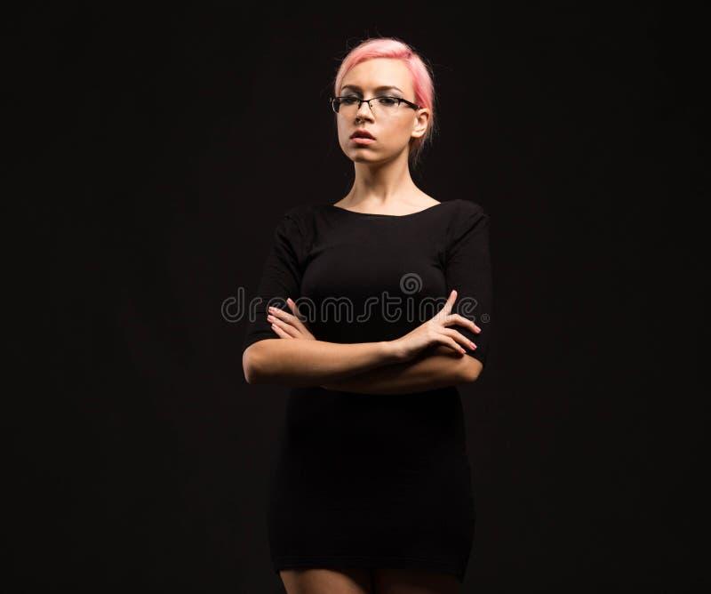 Młoda seksowna kobieta pokazuje prezentację, wskazuje na plakacie fotografia stock