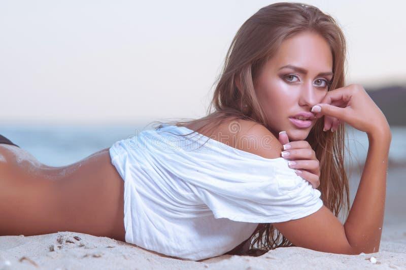 Młoda seksowna kobieta w wodzie morskiej zdjęcia royalty free