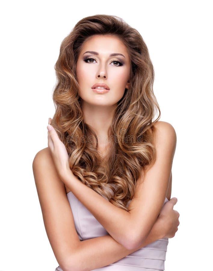 Młoda seksowna kobieta z pięknym długim falistym włosy i makeup zdjęcia royalty free