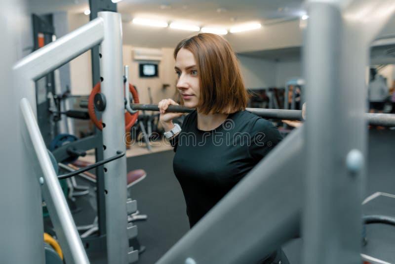 Młoda silna sprawności fizycznej kobieta robi sile ćwiczy z wagi ciężkiej barbell w sporta gym Sport, weightlifting, bodybuilding obrazy stock