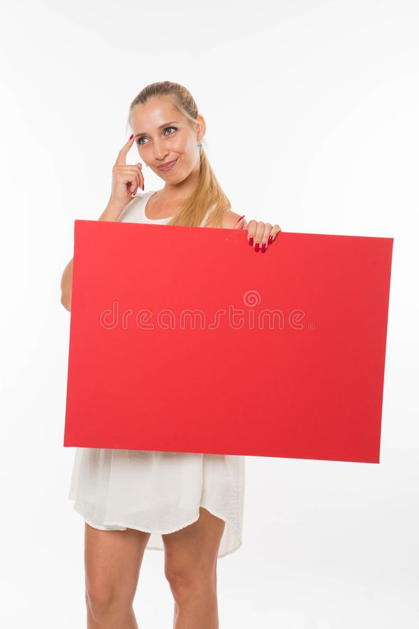 Młoda smutna kobieta pokazuje prezentację, wskazuje na plakacie zdjęcia stock