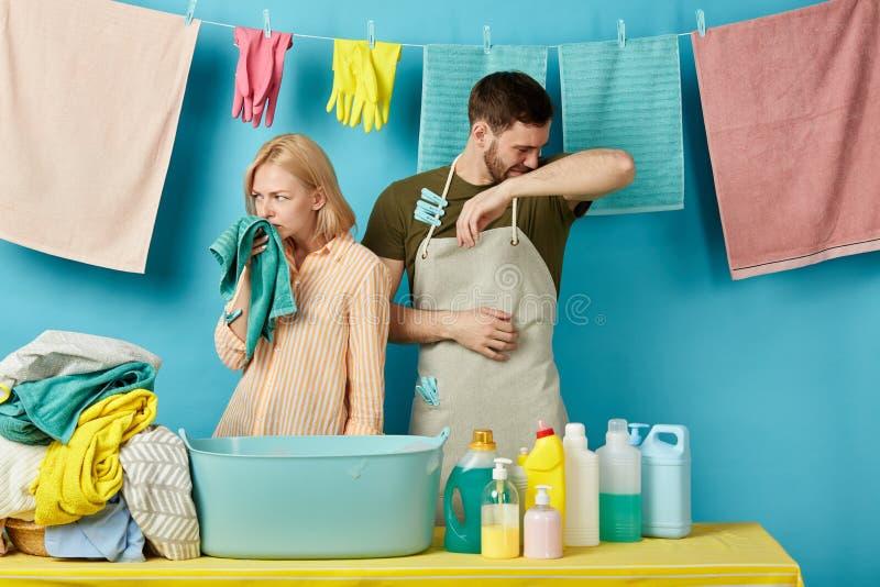 Młoda smutna para no lubi odoru pralnia obrazy stock