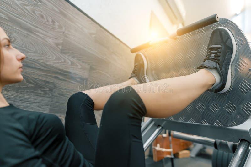 Młoda sportowa kobieta robi ćwiczeniom na pośladkach w gym i nogach Sport, sprawność fizyczna, bodybuilding, szkolenie, zdrowy st obrazy stock