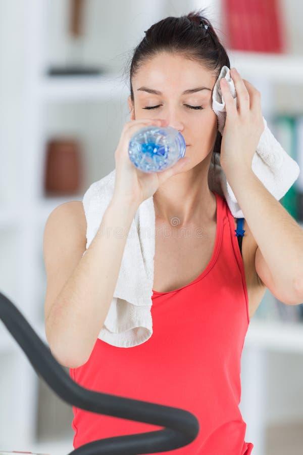 Młoda sportowa kobiety woda pitna po trenować zdjęcie royalty free