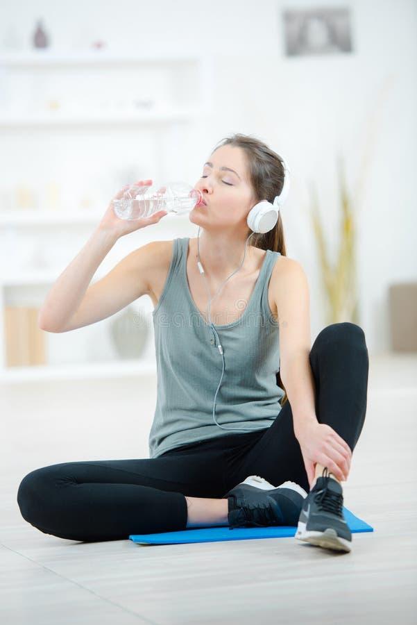 Młoda sportowa kobiety woda pitna po trenować obraz stock