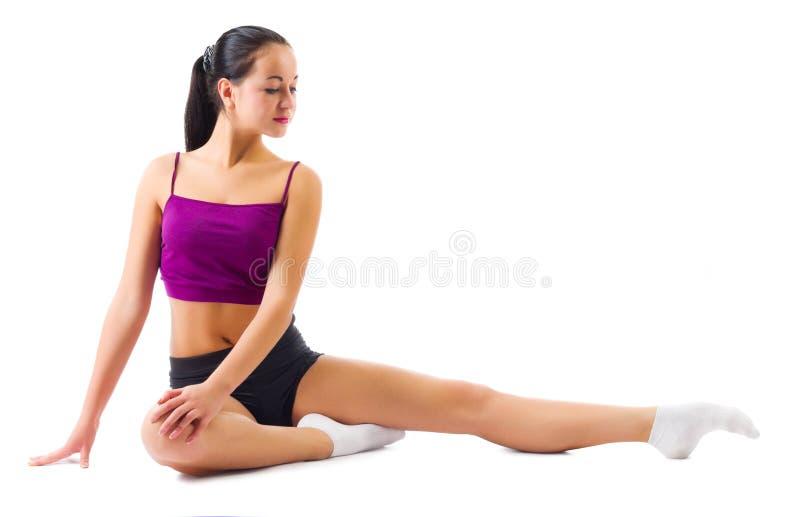Młoda sporty dziewczyna robi gimnastycznym ćwiczeniom zdjęcia stock