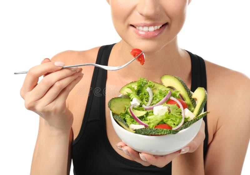 Młoda sporty kobieta je świeżego warzywa sałatki na białym tle, zbliżenie obrazy stock