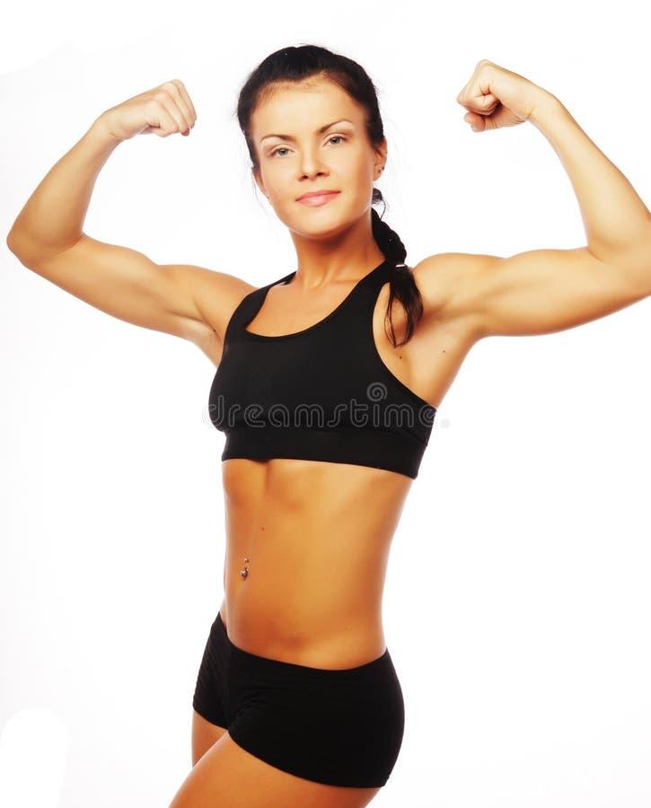 Młoda sporty kobieta napina jej bicepsy obraz royalty free