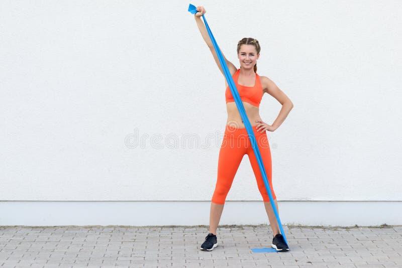Młoda sporty kobieta pracująca z lateksowymi zespołami out obraz royalty free