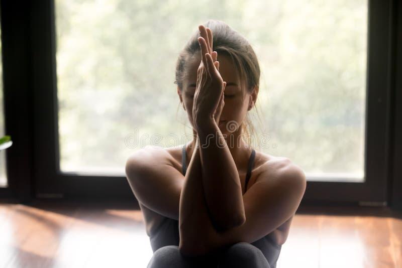 Młoda sporty kobieta robi ręki rozciągliwości ćwiczeniu obraz stock