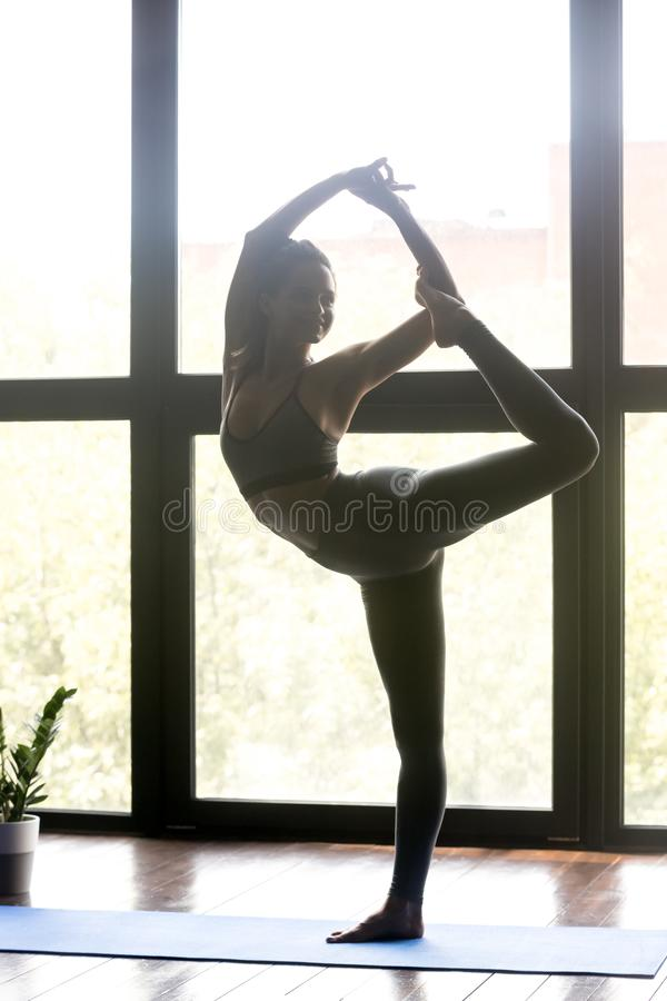 Młoda sporty kobieta w władyce taniec poza zdjęcie stock
