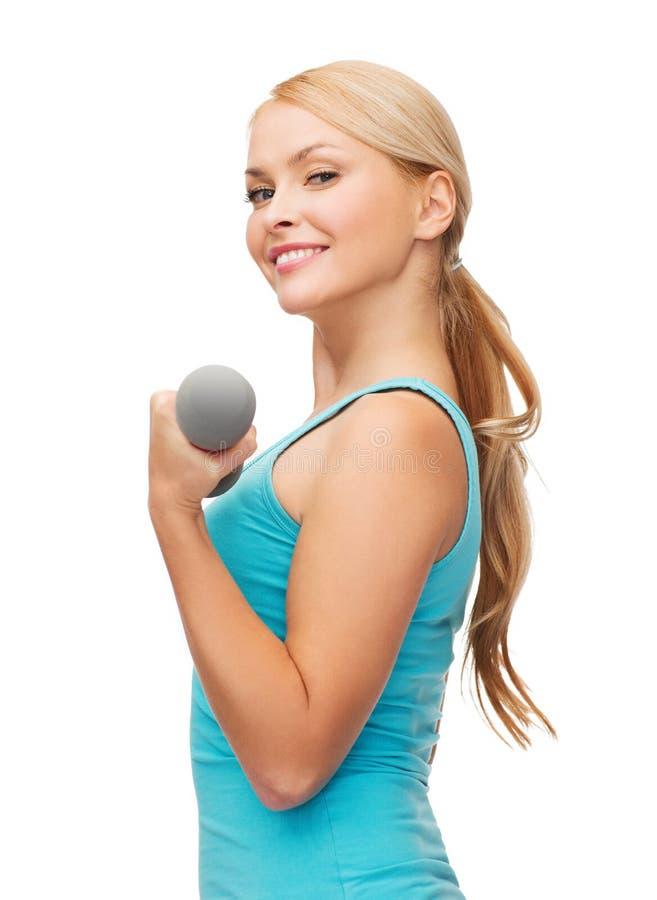 Młoda sporty kobieta z lekkimi dumbbells fotografia stock