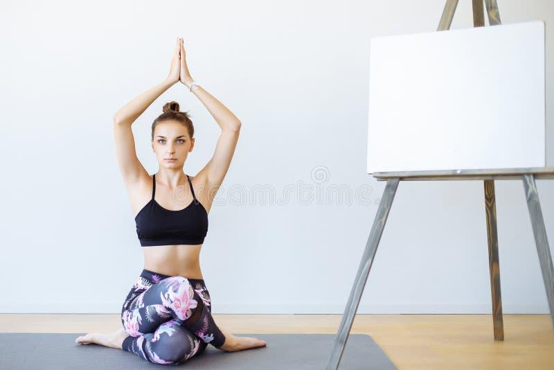 Młoda sporty szczupła kobieta robi joga ćwiczeniu medytacja kosmos kopii zdjęcie royalty free