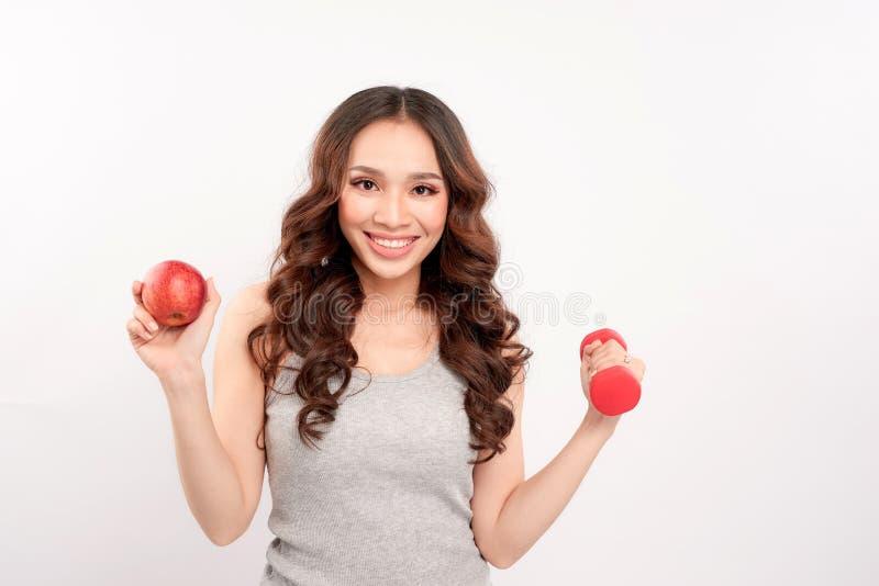 Młoda sprawność fizyczna modela kobiety atleta w sportswear z czerwonym dumbbel fotografia royalty free