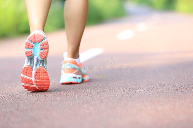 Młoda sprawności fizycznej kobieta iść na piechotę bieg fotografia royalty free