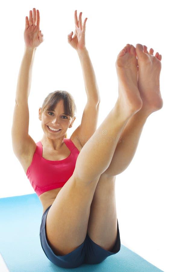 Młoda sprawności fizycznej kobieta robi pilates ćwiczeniu obraz royalty free